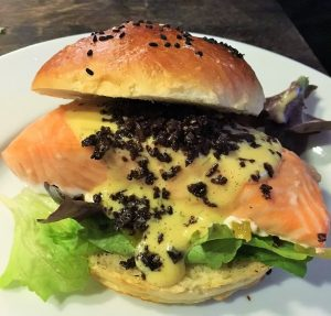 Lachs Burger Pumpernickel
